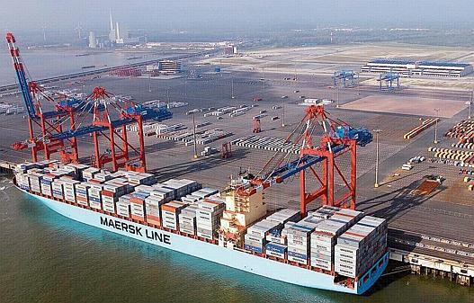 Jade-Weser-Port Bild mit Containerfrachter